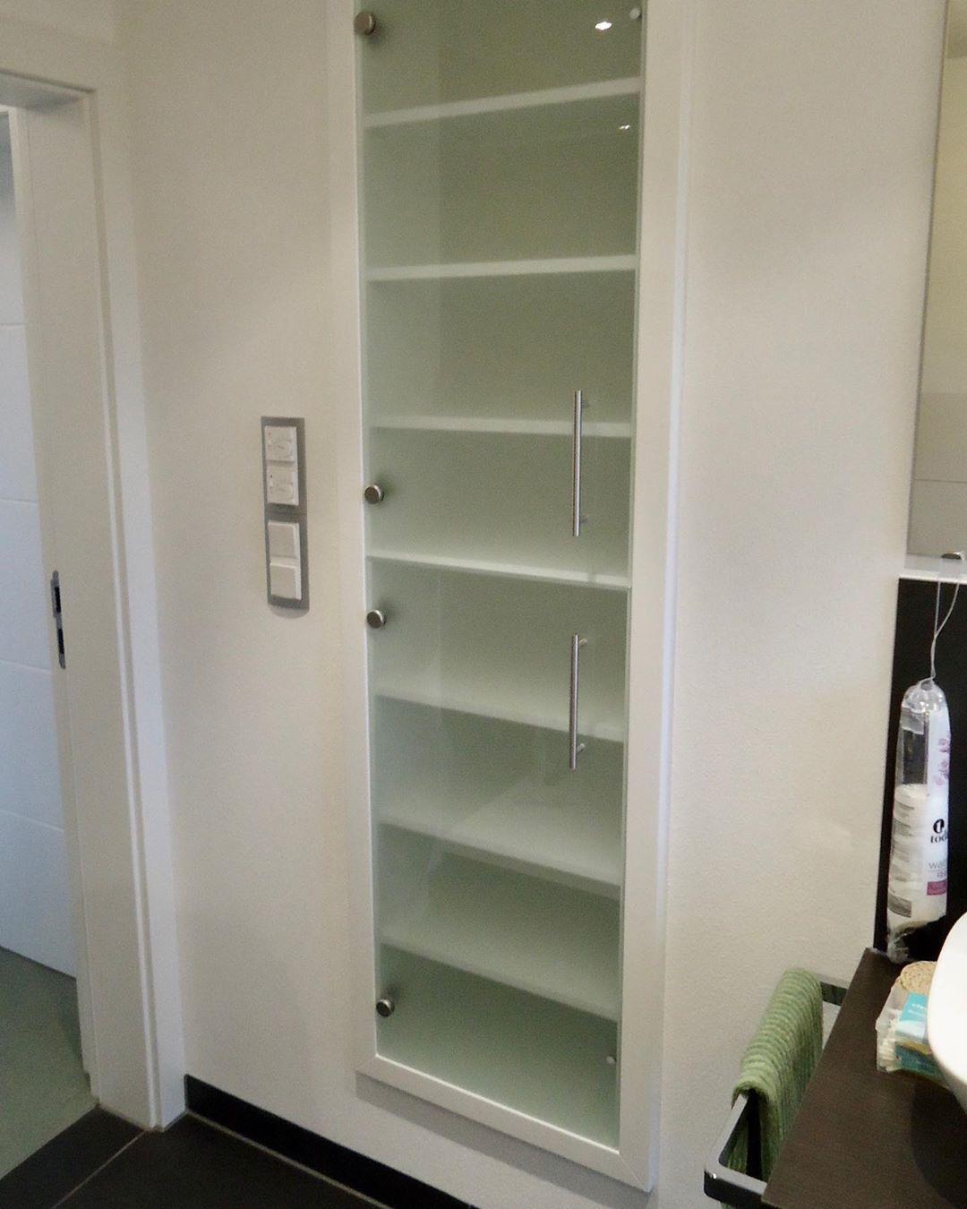 Nach Innen Offnende Turen Verhindern Haufig Das Aufstellen Eines Schrankes In Deren Radius Da Sonst Die Tur N Locker Storage Storage Bathroom Medicine Cabinet