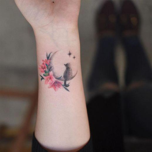 Gato sobre la luna mirando las estrellas por Tattooist Grain - Tatuajes para Mujeres