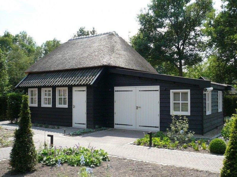 Houten Tuinhuis Met Aangebouwde Garage In Landelijke Stijl