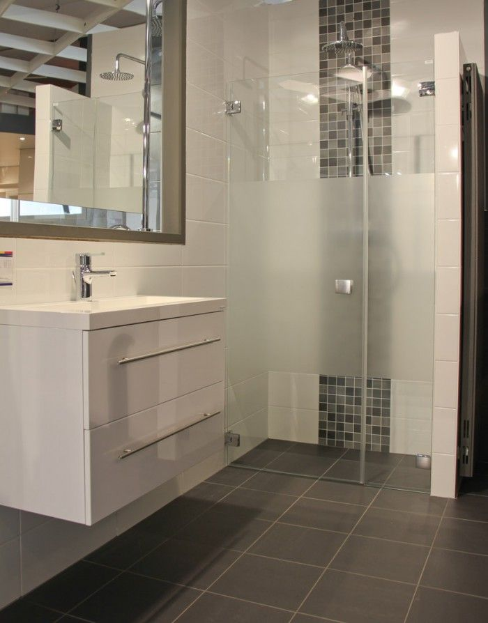 Moderne badkamer met inloopdouche. Deze compacte badkamer laat zien ...