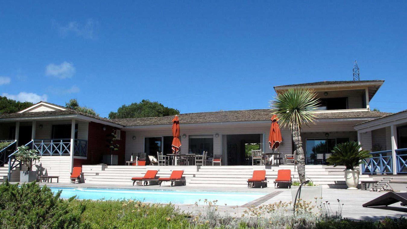 superbe villa situe dans le prestigieux domaine priv du golf de sperone bonifacio disposant dune piscine avec vue magistrale sur les les lavezzi
