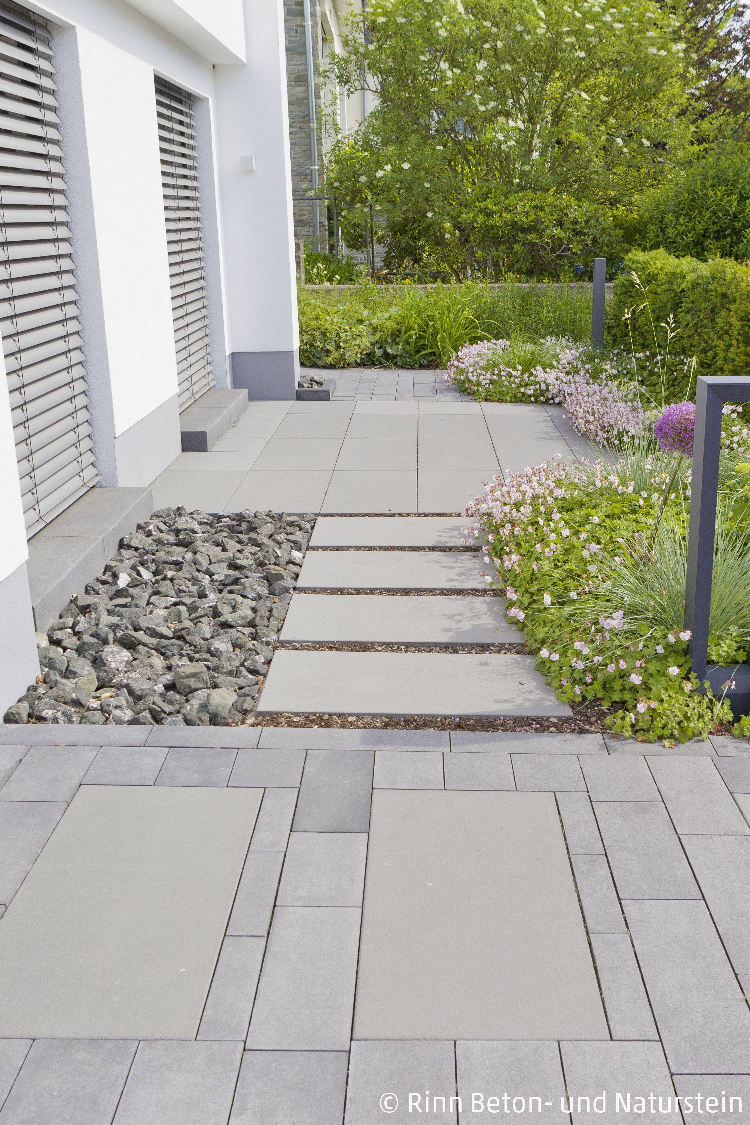 der Übergang von eingangsbereich zu terrasse wird mit passenden