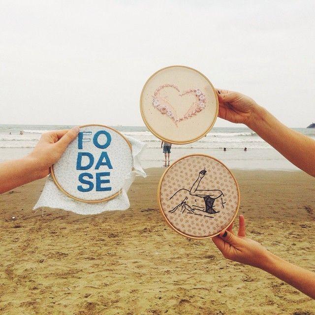 Na série no #bordadoviajante as bordadeiras do clube foram molhar os pezinhos no mar este fim de semana enquanto preparam os bordados para a #feirinhapantasma que acontece no próximo sábado, dia 18/10, a partir das 15h, na @neuclub {mil desculpas que no último post tínhamos colocado a data errada!! } #mar #clubedobordado #fun #embroidery #softporn #sp #bertioga #praia #beach #handmade #withlove #bordado #vsco #vscocam #vscocambrasil #brasil