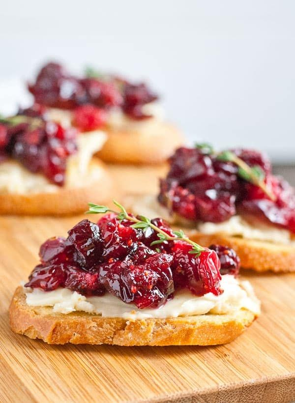 Roasted Balsamic Cranberry and Brie Crostini #cranberrybriebites