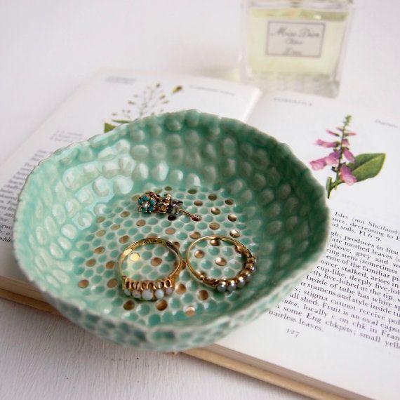 Türkisring Keramik Schale mit gold Punkte Schmuck von Kabinshop