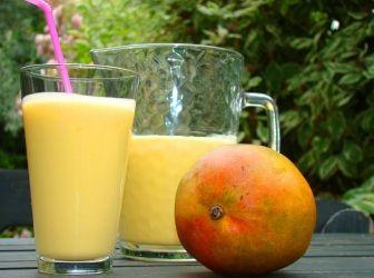 Mangó lassi recept I.: Kiváló egzotikus nyári frissítő! Indiából indult világhódító útjára ez a mangó ízű joghurt ital. Aki egyszer kóstolta, minden nyáron elkészíti! ;) http://aprosef.hu/mango_lassi_recept_i