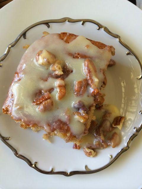 Butter Pecan Praline Poke Cake – Semi-Homemade #pralinecake
