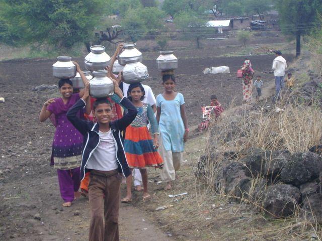 Aurangabad, Maharashtra (India). Children carry water.  http://peerwater.org/en/apps/377-Integrated-Drinking-Water-Project-Kachner-Tanda-No-6-Dist-Aurangabad-Maharashtra-/attachments/3184