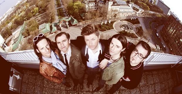STEREOLOVE haben ihr Debütalbum im Kasten - im November 2012 werden sie mit ihren neuen Songs auf Tour gehen. Klingt nach Jungs, die von einer großen Karriere träumen und versuchen, das Lampenfieber vor dem ersten Auftritt zu bekämpfen.