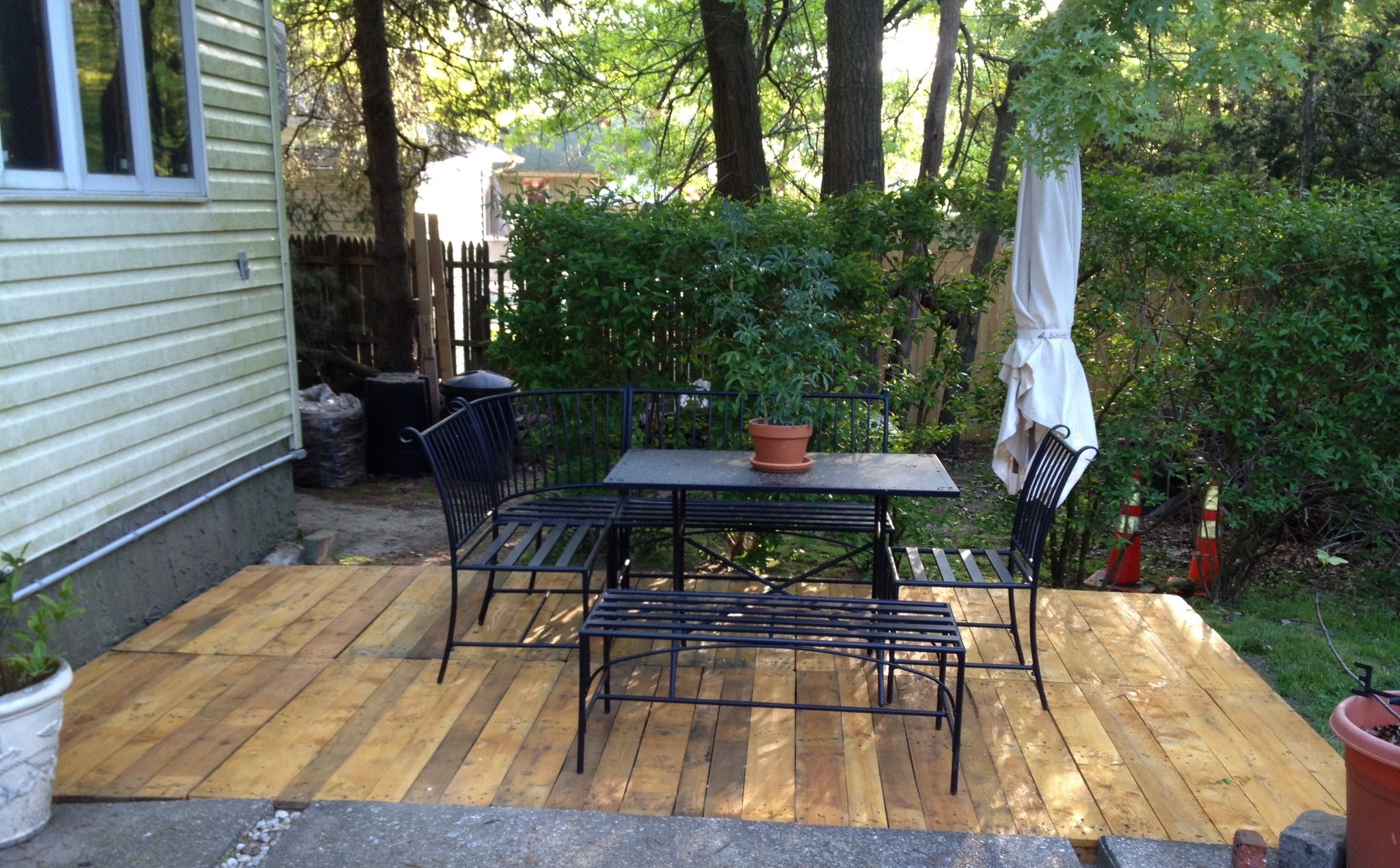 Backyard Pallet Deck Made From 10 Euro Pallets