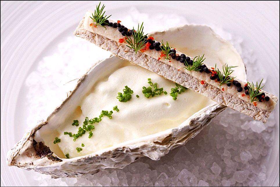 Il n'y a qu'une seule huître, mais décorée comme ça, elle vaut bien une douzaine ! ;) (Le Pergolese) L'art de dresser et présenter une assiette comme un chef de la gastronomie... http://www.facebook.com/VisionsGourmandes Ou sur le site pour profiter d'autres rubriques… http://visionsgourmandes.com .  Photo à aimer et à partager ! ;) #gastronomie #gastronomy #chef