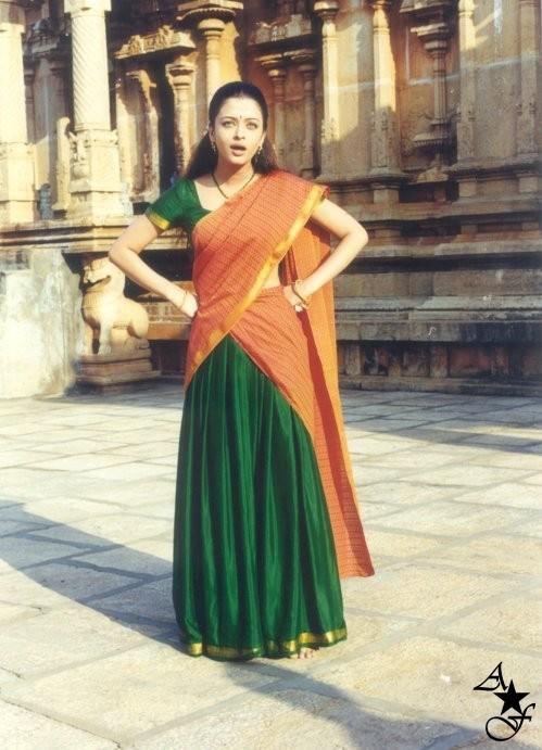 Aishwarya In South Indian Look In The Movie Kandukonden Kandukonden Half Saree Lehenga Half Saree Designs Half Saree