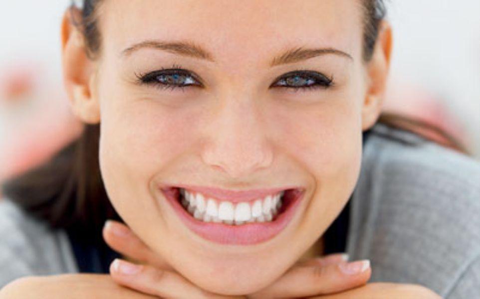 f1c0b778d62f0 Você sabe o que é lente de contato dental  Trata-se de uma faceta de  porcelana bem finas que deixam os dentes perfeitos. Veja onde comprar e  quanto custa!
