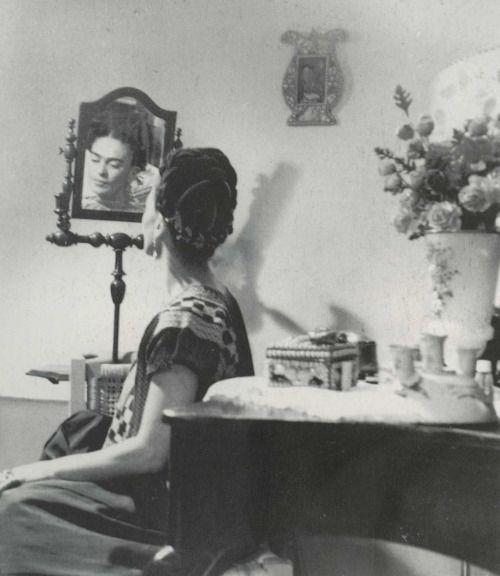 Frida en el espejo. Frida in the mirror.