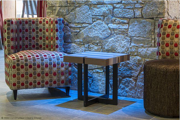 Décoration pierre, fauteuil moderne rouge et gris Des matériaux