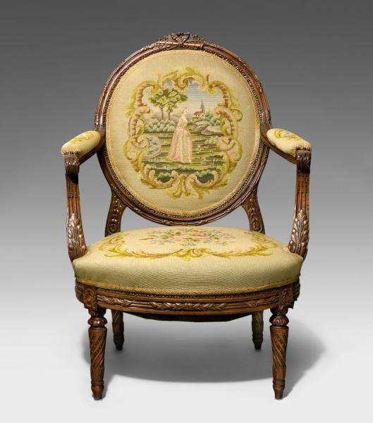 Fauteuil Louis XVI Nussbaum Frontal gerundete Sitzfläche über