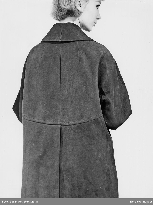 1960-1965. Baksidan av en mockakappa på en modell. Foto  Sten Didrik ... e10cf77cc18c7
