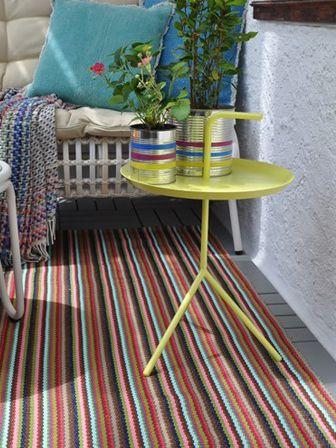 bunter balkonteppich mit beistelltisch und kr utern balkon gestalten pinterest kleiner. Black Bedroom Furniture Sets. Home Design Ideas
