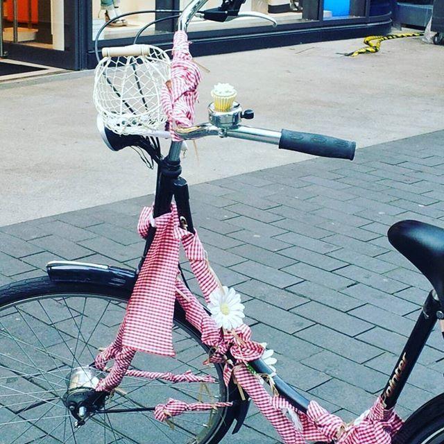 Guten morgen aus Berlin mit dem Pink Bike. #lockupbike #bicycle #bike #Fahrrad #berlin #misplacedbikegallery #cycling