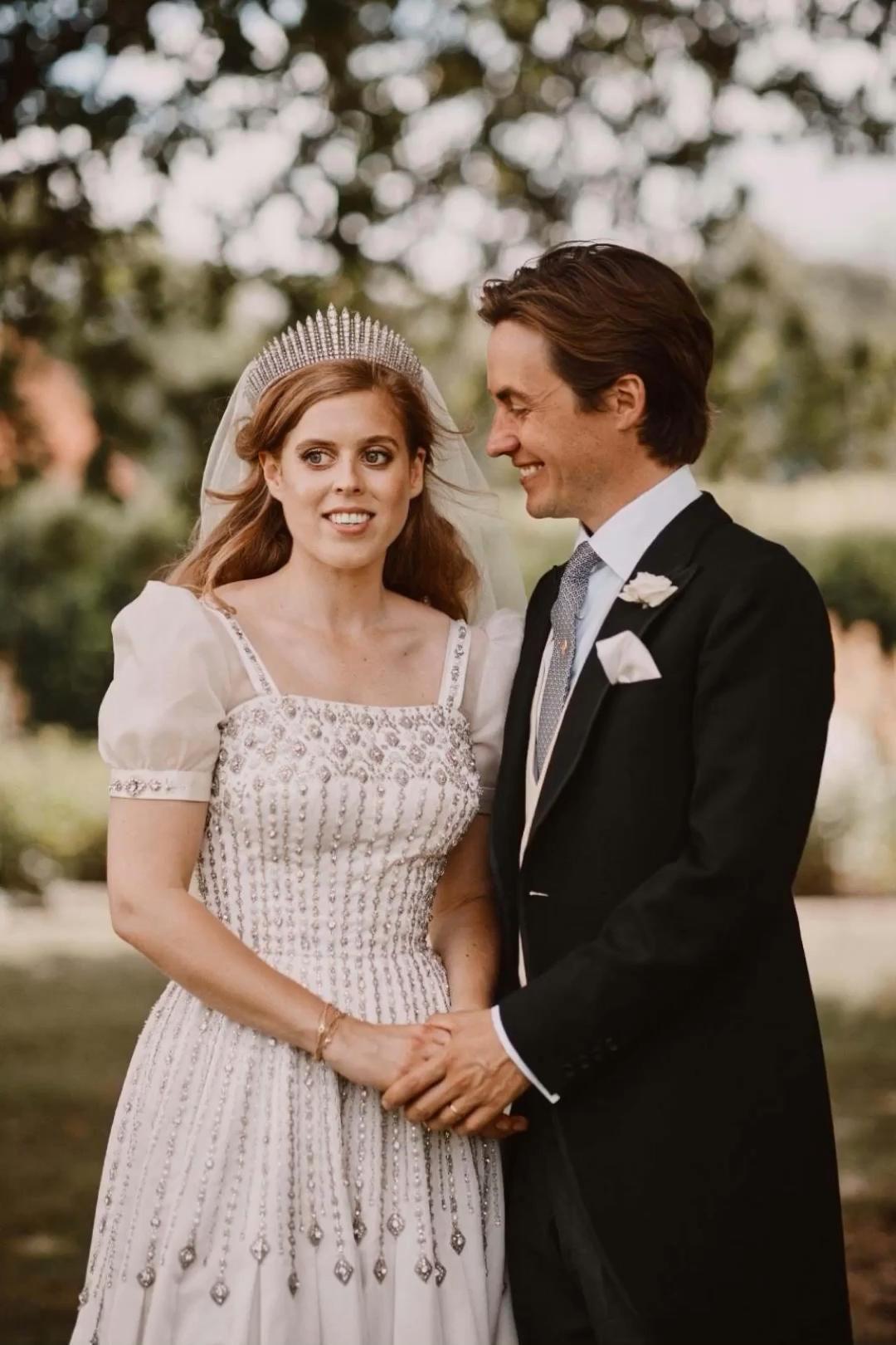 Prinzessin Beatrice Ihr Brautkleid Ist Eine Hommage An Die Queen Video Video Princess Beatrice Wedding Royal Brides Princess Beatrice