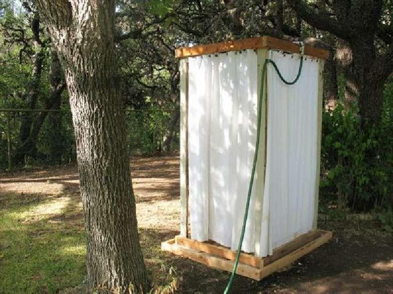 Une douche ext rieure avec des palettes tape par tape - Construire douche exterieure ...