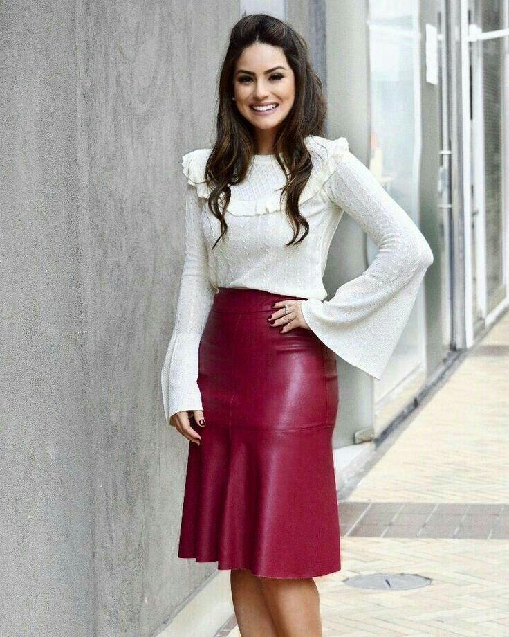 eeaea0571 Red leather peplum skirt and white sweater. Saia Courino, Saia Bela,  Modelos De