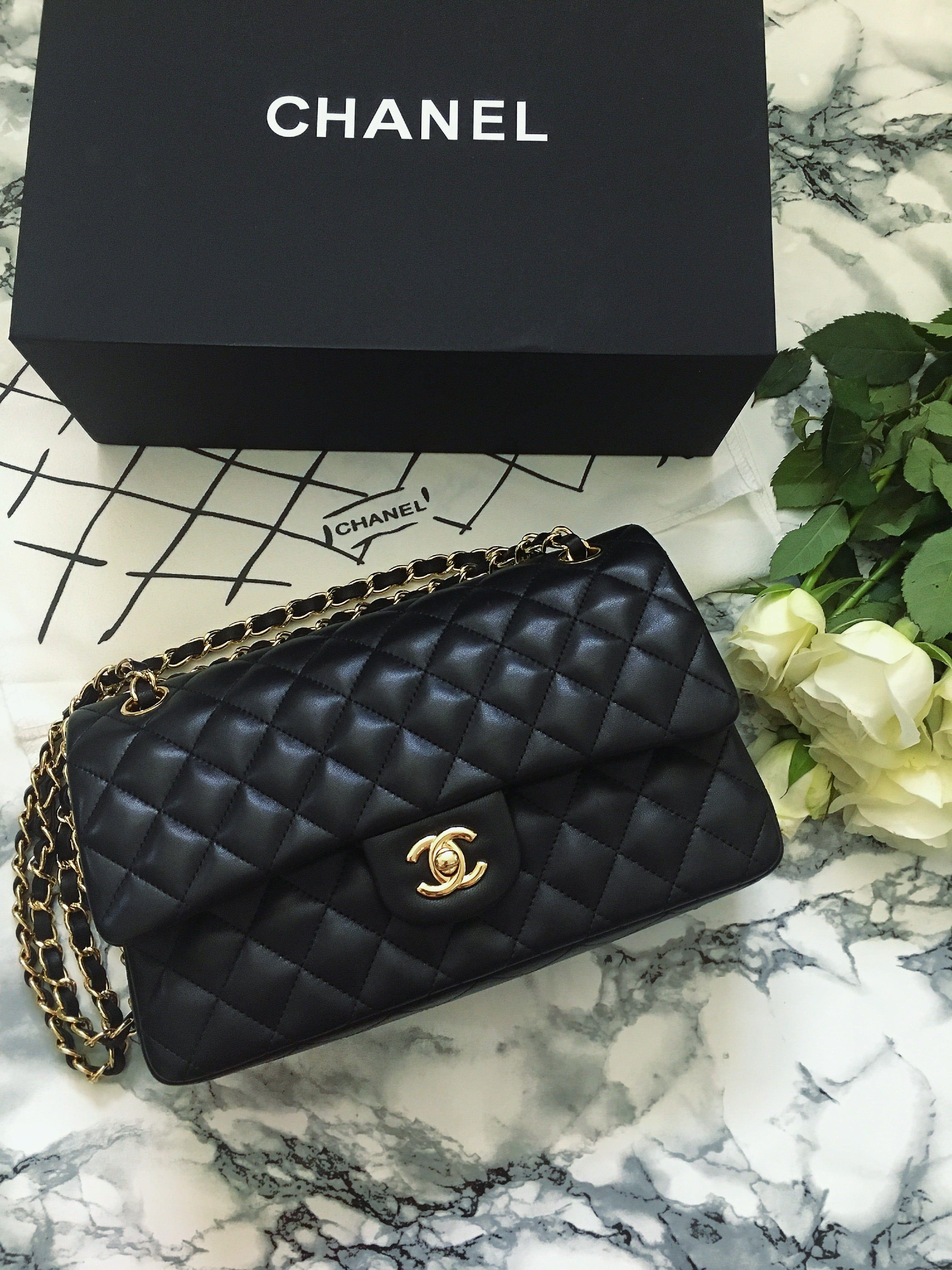 Die 2.55 Tasche von Chanel ist ein waschechtes IT Piece. Die kultige Tasche hat eine schöne Geschichte, die ich im Blogpost erzähle und top Pflegetipps gebe #queenshats