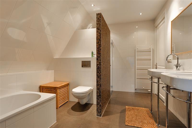 stijlvolle badkamer met neutrale kleuren. de bruintinten zorgen, Badkamer