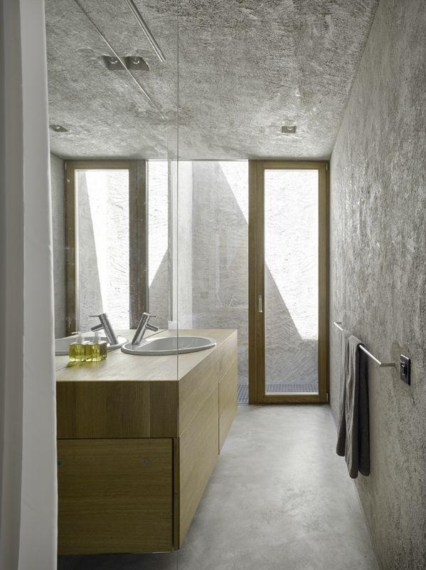 schlichtes badezimmer aus beton mit holz und glas, Badezimmer