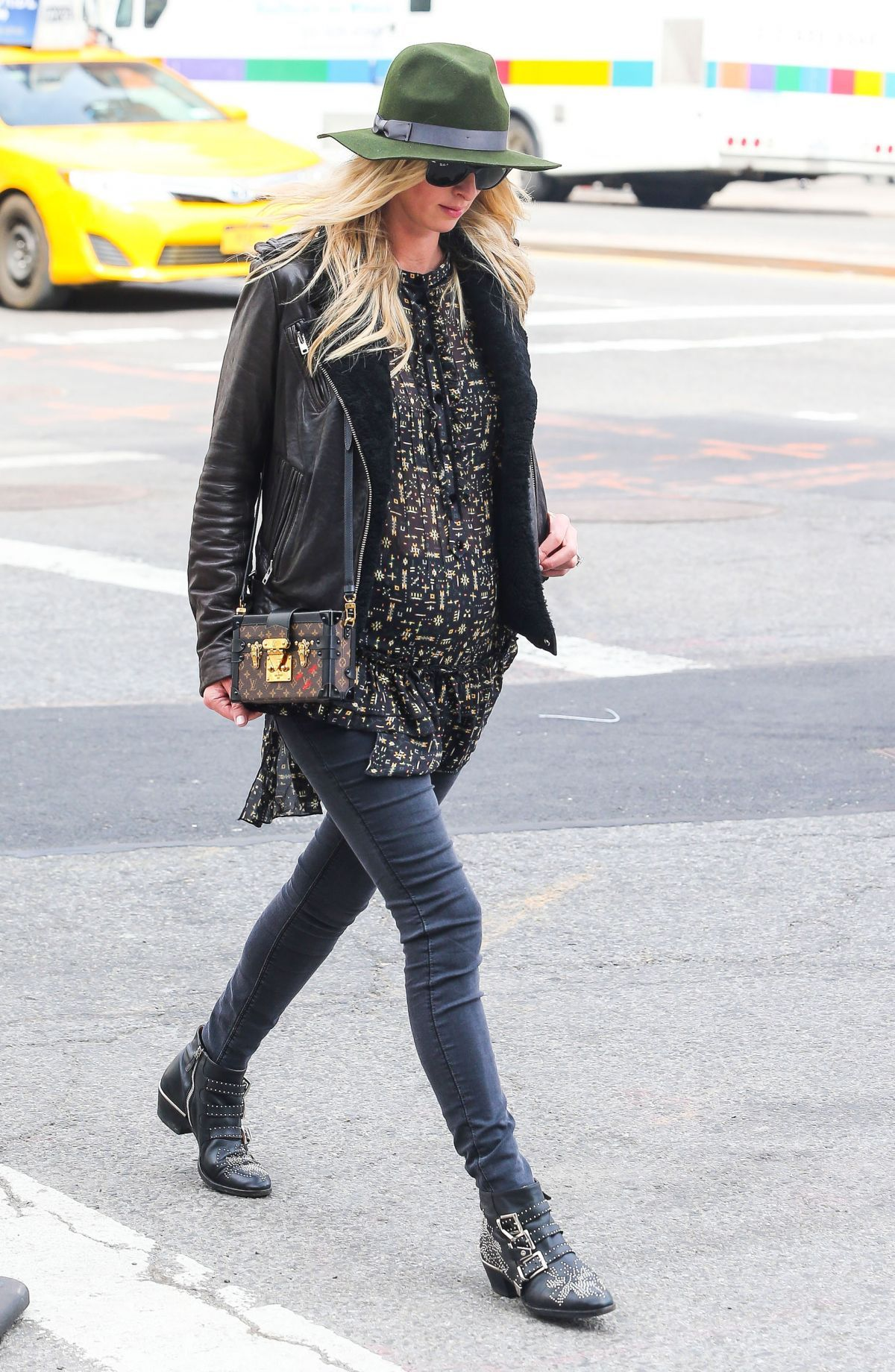 nicky-hilton-out-and-about-in-new-york-03-31-2016_8.jpg (1200×1840)