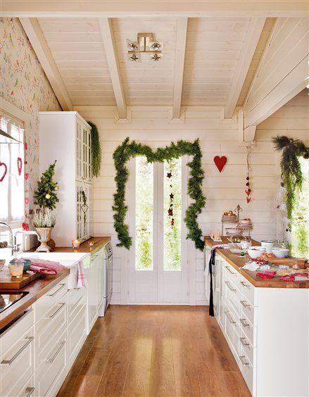 cocina con pared de lamas blancas y papel pintado con pjaros