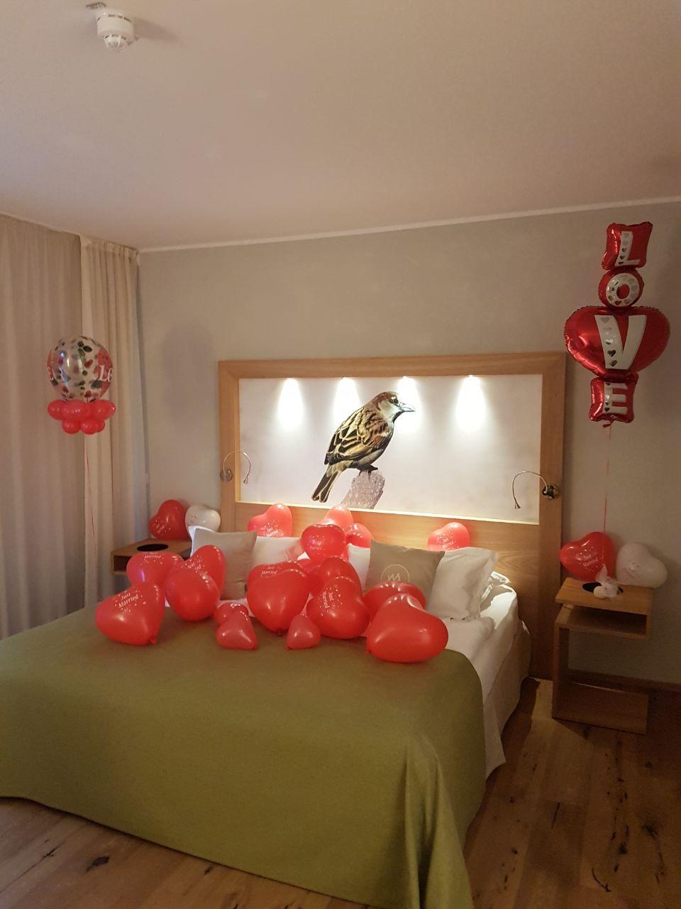 Luftballons mit Helium als Aktion oder als Deko. Hier Schlafzimmer ...