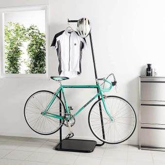 愛車を守る指定席を室内に お気に入りの自転車を 雨風や盗難 ホコリから守ります メンテナンスも室内でできて便利 まるで宙に浮いているように美しくディスプレイしながら 愛車を大切に保管できます 自転車収納 自転車 ワンルーム インテリア