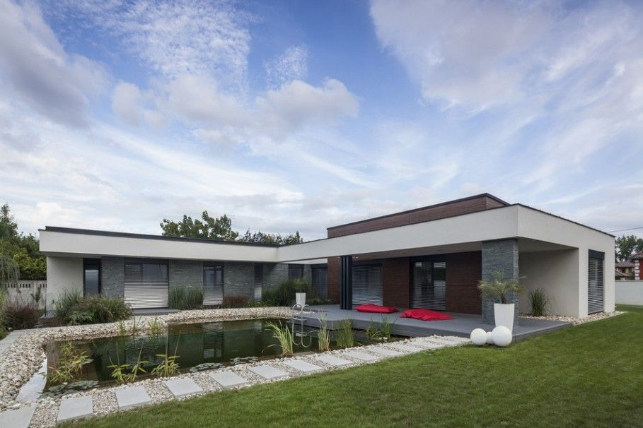 Luxurious L Letter Shaped House With Flat Roof And Pond Constructed In Front Of The House Building Decorated By L Shaped House Building A House Exterior Design