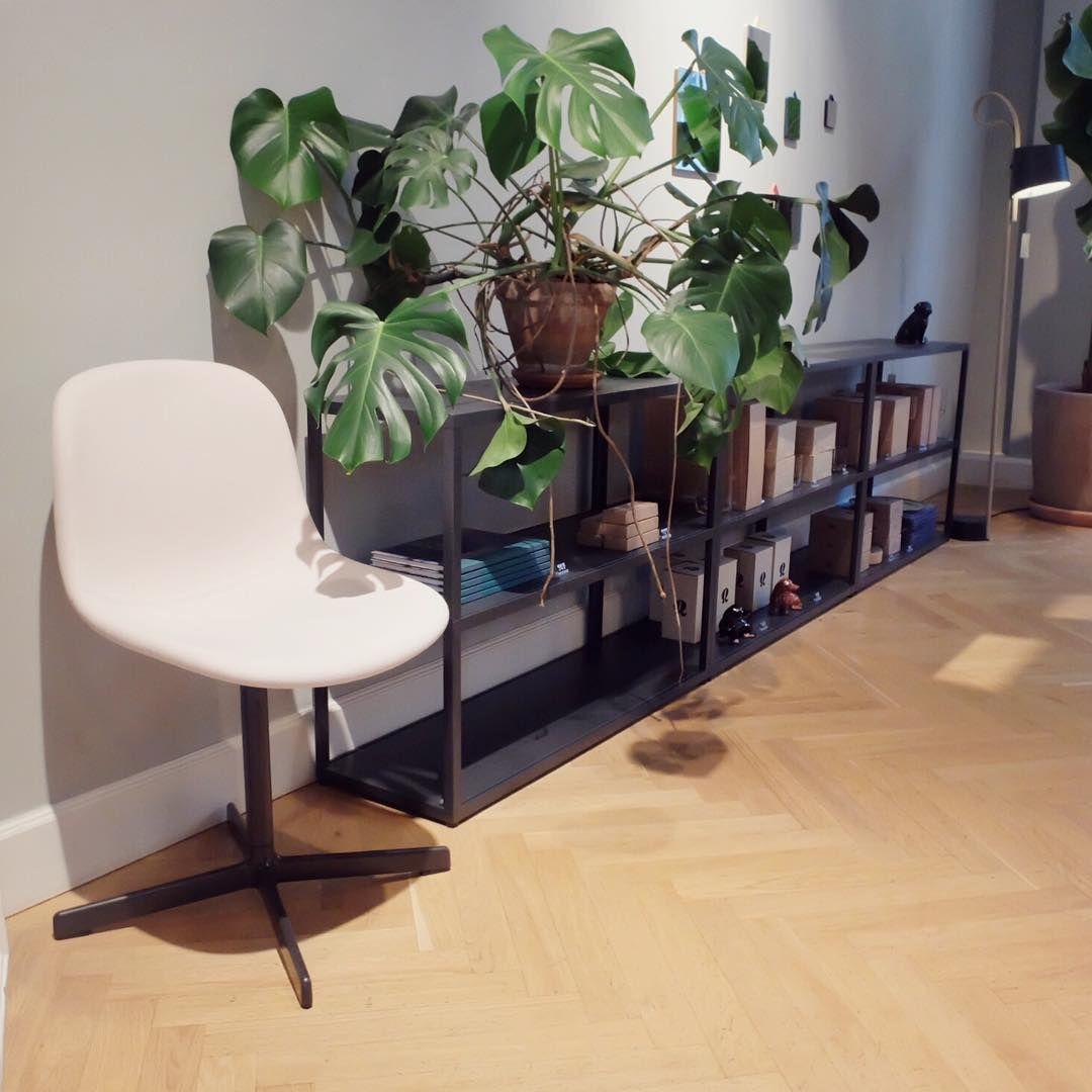 Neu Chair med svingunderstell i fullpolstret steelcut og New Order hyllesystem. #Hay #Haynorge #haydesign #neuchair