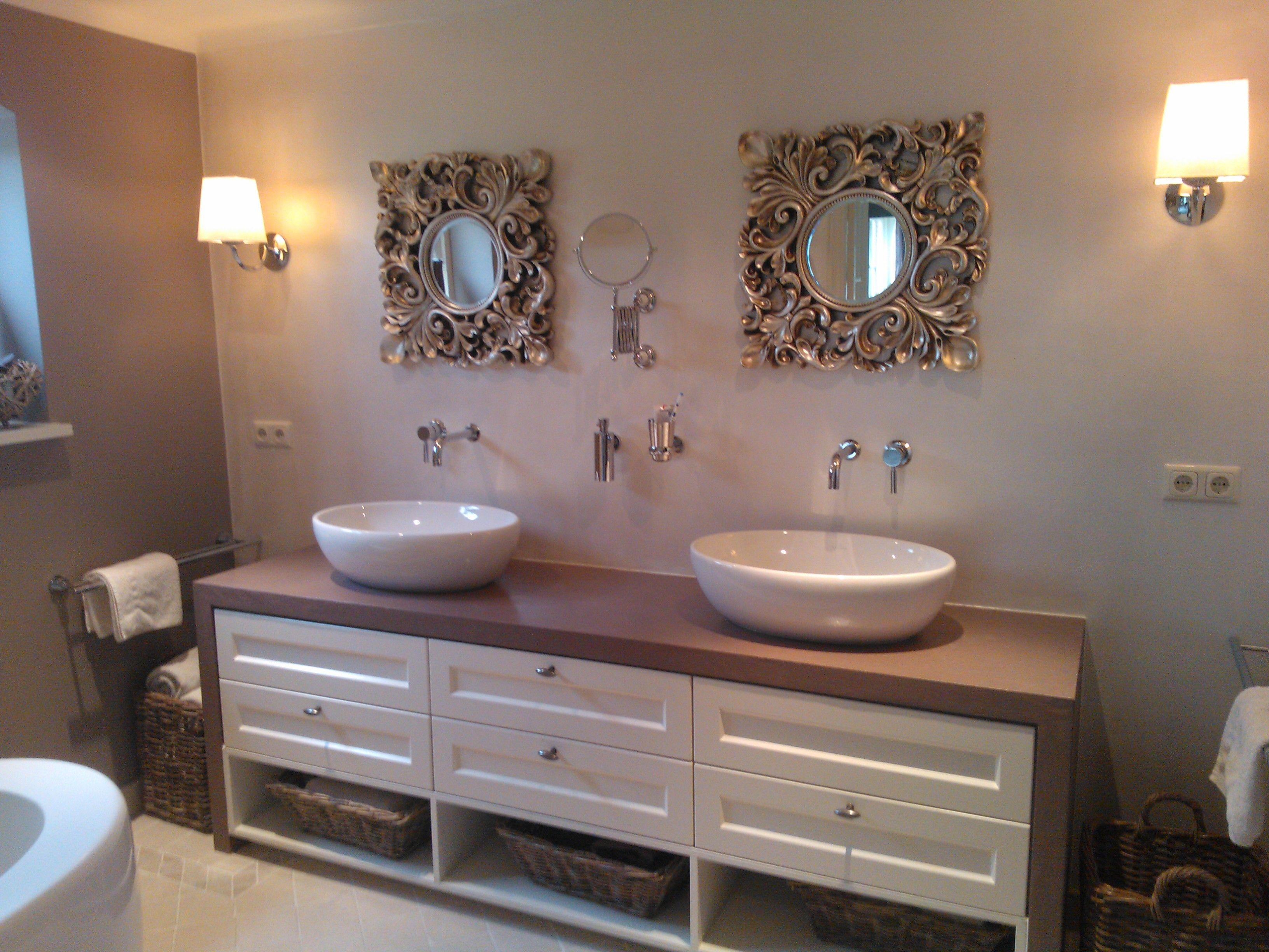 mooi wastafelmeubel van betoncirepro icm houten laden badkamer