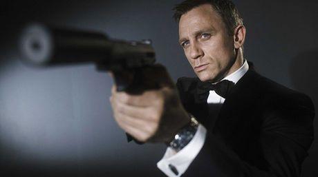 """El traje de lana con el que el británico Daniel Craig interpretó a James Bond en """"Skyfall"""", la última película de la famosa saga del agente 007, se venderá en Londres en una subasta """"online"""" de iconos de la cultura pop del último siglo. La obra del diseñador estadounidense Tom Ford, salió a la venta el martes con un precio de salida de 11.240 dólares"""