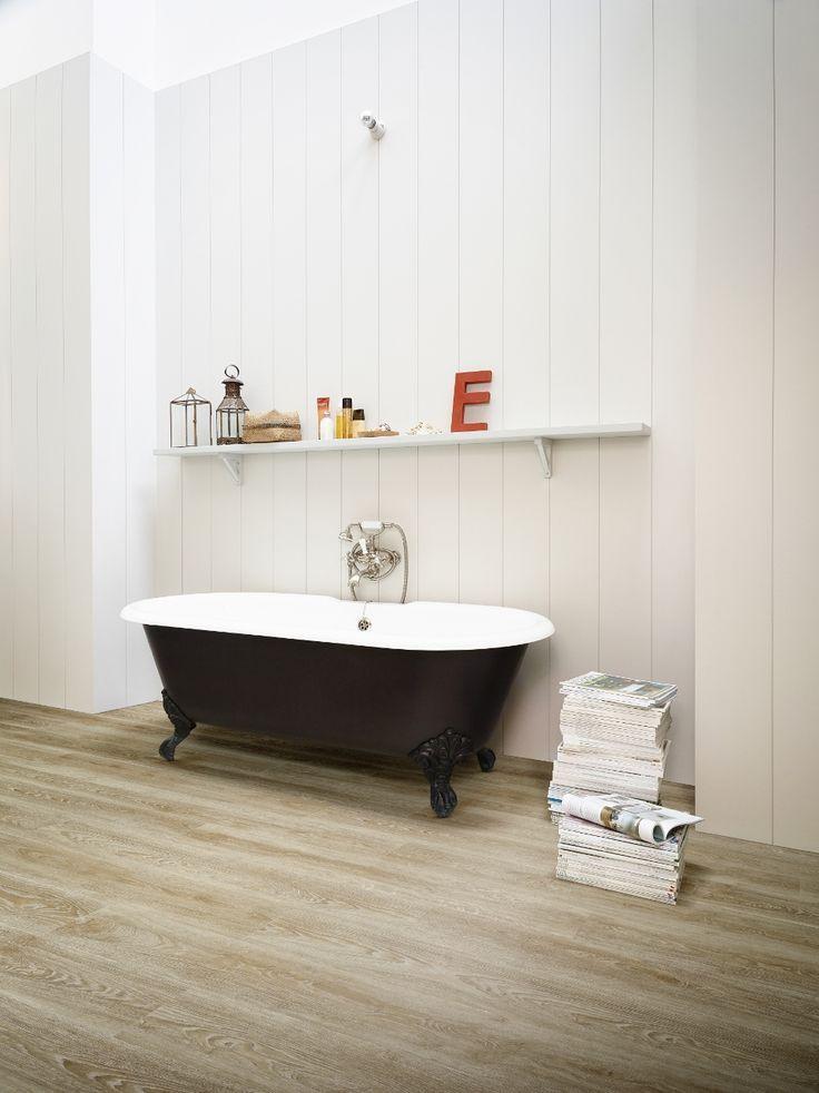 Onverwoestbare vinyl vloer met realistische houtlook in de badkamer ...