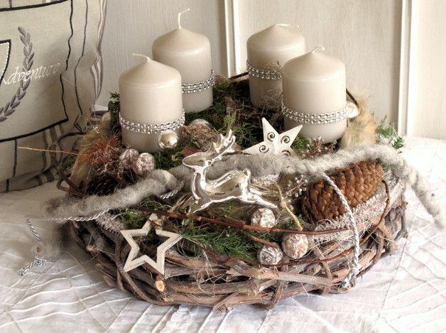 Photo of Ghirlanda natalizia dal design elaborato composta da una gru a vite grigia …