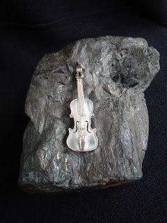 orfebrería viva: violín de plata en montura de hierro