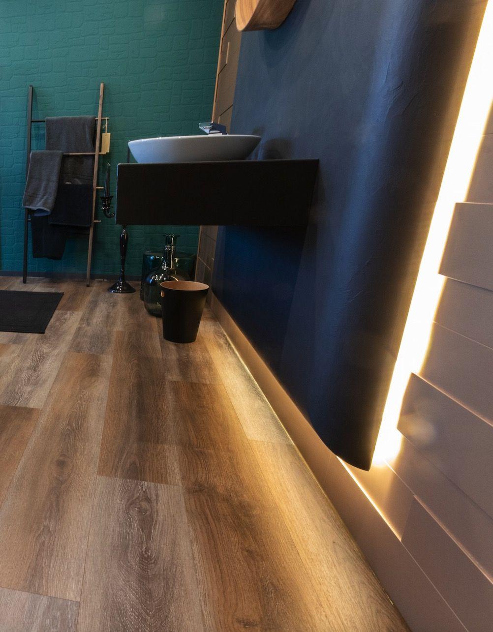 Badezimmer Mit Goldenen 3d Paneelen Boden Eiche Paneele