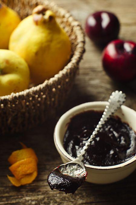 Pere e mele cotogne, prugne e arancie per la mostarda che farcisce pinza e raviole, ma che , con l'aggiunta di semi di senape, accompagna i famosi bolliti di carne