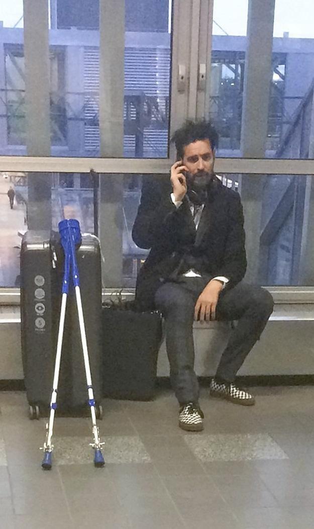 Lauri Tähkä odotteli junaa puhelimeen puhuen.