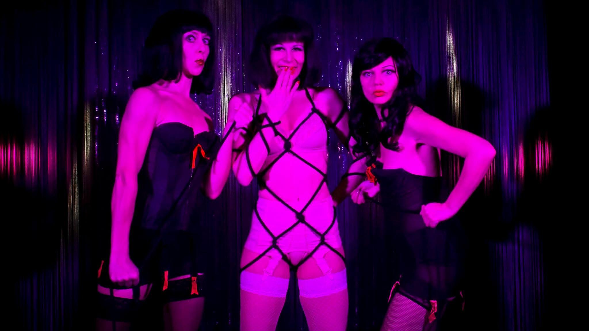 Kleine nachtrevue burlesque club Berlin Germany | Wide
