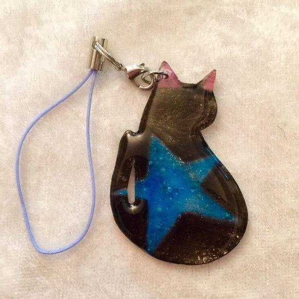 夜空に輝く一番星。鮮やかな光を映した猫のストラップです。プラ板に一枚一枚手描きなので、一つとして同じ柄の子はいない、あなただけの猫さんです♪星空の様なラメが入...|ハンドメイド、手作り、手仕事品の通販・販売・購入ならCreema。