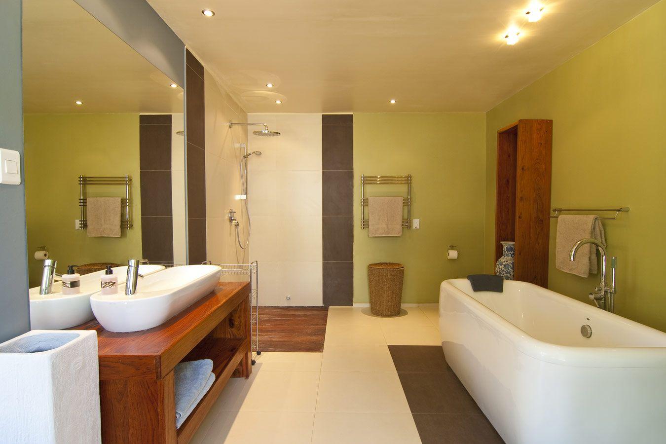 groene badkamer met tegels en parket groen pinterest plafond