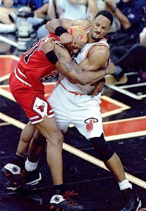 Nba Brawls Dennis Rodman Chicago Bulls Vs Alonzo Mourning Miami Heat Nba Fights Sports Basketball Sports