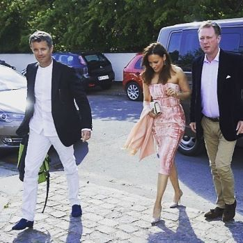 Crown Prince Frederik, Prince Gustav and Carina Axelsson arriving to the celebrations of Princess Marie's 40-year old birthday party last night at Marie and Joachim's home in Klampenborg #birthdayparty #crownprincefrederik #princegustav #carinaaxelsson