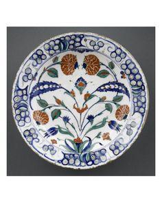 Plat aux oeillets d'Inde et feuilles sâz - Musée national de la Renaissance (Ecouen)