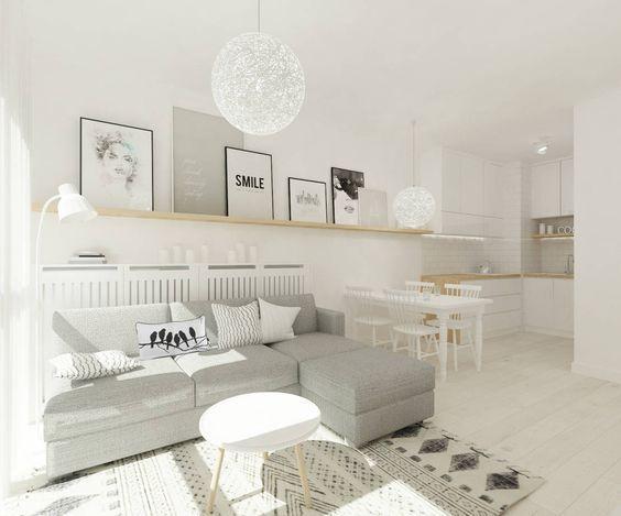 Ein Couchtisch aus Holz fügt Wärme und Natürlichkeit im Wohnzimmer - charmantes appartement design singapur